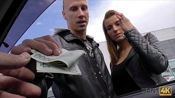 Fant rabi denar in proda svojo punco za sex postavnemu moškemu
