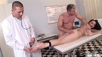 FUTAI IN DORMITOR CU O PIZDA BUNA DE PULA se fute in spital cu doi doctori