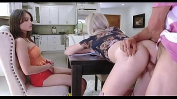 หนังโป๊ฝรั่ง จับเพื่อนเมียเย็ดให้เมียดูก่อนกินข้าว กระเด้าหีข้างโต๊ะตับๆ XXXคาโต๊ะ