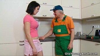 Gostosa tarada dando na cozinha pro marido de aluguel.