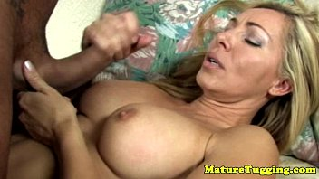 Video porno donne mature con ragazzi - Handjob loving cougar gives titjob