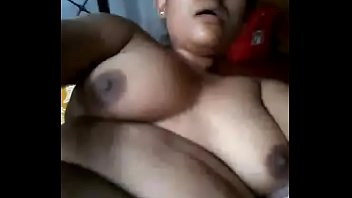 Sola en casa caliente se masturba