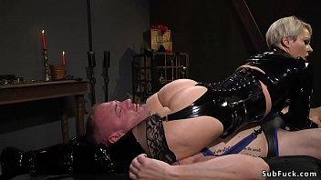 Milf mistress in latex anal bangs slave