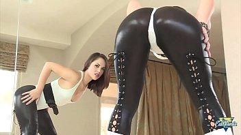 Kristina Rose, une brunette sexy au cul d'enfer se fait sodomiser