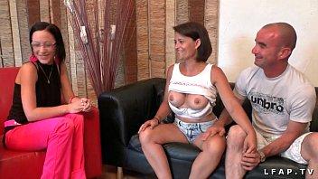 Casting couple amateur avec une milf aux gros seins entrain de pomper son mec