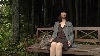 twee jonge mannen verkrachten een meisje in het bos