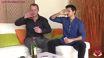 Soseda napijejo nato fukajo v troje z njegovo punco