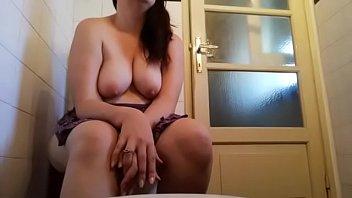 Toilet voyeur porn - In bagno con nicoletta una pisciata veramente molto sexy