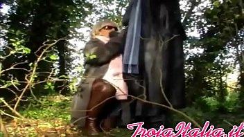 Bionda matura nonna pompino con occhiali in foresta per
