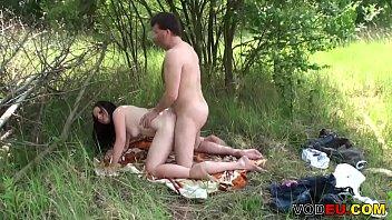 Ziemlich brunette Madchen im Freien gefickt