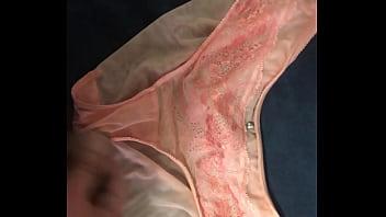 射在粉橘色網紗內褲上 分泌物帶點血