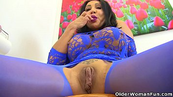 UK milf Nicole DuPapillon fingers her fierce fanny flaps