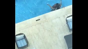 Singando en piscina pública Hotel Continental RD