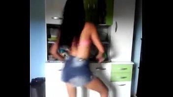 Novinha dançando funk sem calcinha