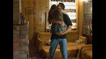 Flaquita Rusa Coge con Padrastro mientras mama se va