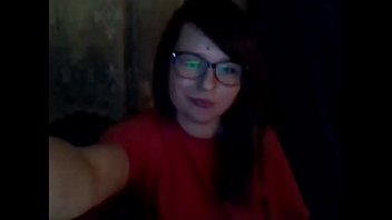 mloda nastolatka w okularach bawi sie cipka x264