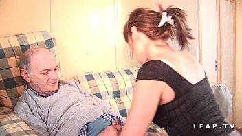 Jolie petite pute francaise sodomisee dans un plan a 3 avec ejac buccale de papy