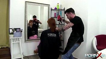 Pelirroja cachonda se va a cortar el pelo y acaba enperiodperiodperiod