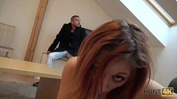 HUNT4K. Rothaarige für Geld vor ihrem Freund gefickt
