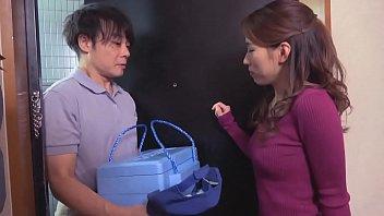 宅配業者の男性を家に連れ込み誘惑する巨乳人妻