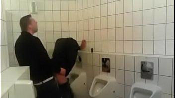 macho fode sem capa no banheiro