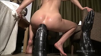 Riding the Tower Dildo, huge insertion SAA024 11秒
