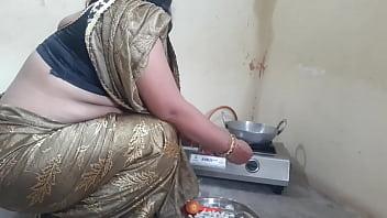 मॉर्निंग में मेड को खाना बनाते टाइम कुतिया बनाकर चोदा