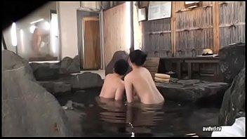 【羞恥】巨乳美人女優をマッパタオル一枚で温泉男湯に入れた…
