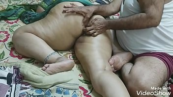 (BIG ROUND BUTT MASSAGE) INDIAN DAUGHTER-IN-LAW MADE A MASSAGE WITH HER FATHER-IN-LAW WITH OIL ON HER BIG ROUND ASS AND SATISFIED THE MULTI OF FINGER RAMMED IN the ass