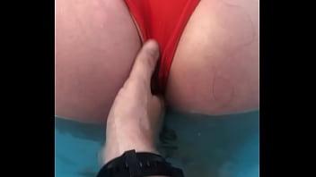 Novinha cachorra mostrando o Cú pro noivo na piscina