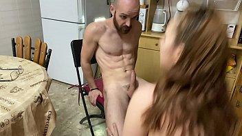 En la cocina es donde salen las mejores recetas pamela y jesus os muestran cómo hacer que cocina termine gustándote esta pareja porno amateur no para de enviarnos vídeos caseros