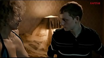 Odrasla ženska uči mladega fanta kako pofukati punco
