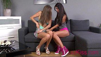 Nessa Devil And Girlfriend Sexy Tongue Kissing Vorschaubild