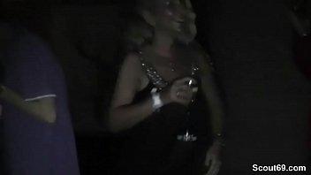 Mutter und Stief-Tochter ficken mit 2 Fremden auf Party