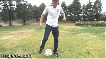 Um jogador de futebol é pego por colocar um gol