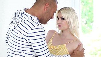 Blonda superba se fute tare cu andrei vecinul ei preferat