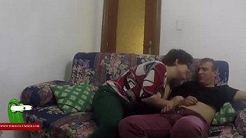 Pasandola bien en el sofa de casa penetrando a la mujer mollosa GUI00141