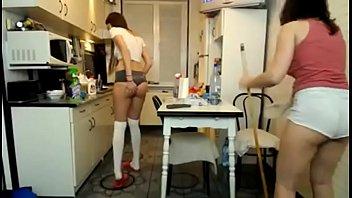 donne delle pulizie con mozziconi caldi