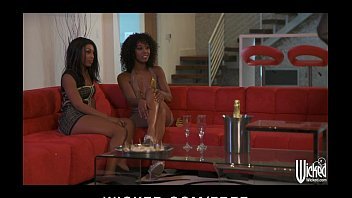 Pair of beautiful Ebony call girls are paid for a threesome 5分钟