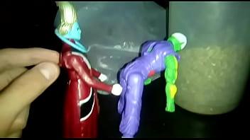 Piccolo se pone cachondo y wiss se deja llevar, le termina rompiendo el orto