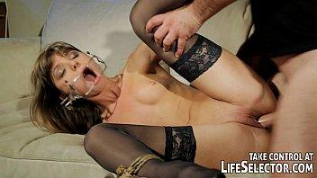 Kinky fuckdoll Doris Ivy está siendo dominada por un pervertido.