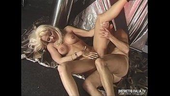 BDSM con frustate, pisciate e cera calda allo swinger club