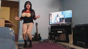 milf devoile ses grosses mamelles en dansant