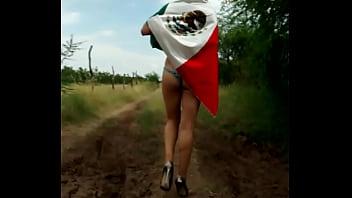 Gatita con las tetas al aire, Viva México