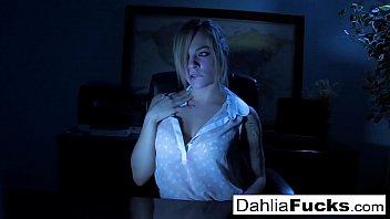Dahlia fingers herself in the dark