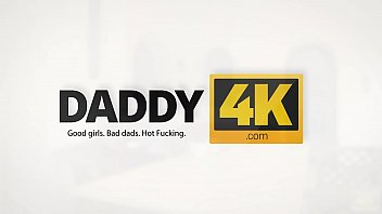 Daddy4k. dos hijas de mamá se ponen traviesas con su propiedad