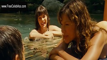 Milla Jovovich and Kiele Sanchez in  A Perfect Getaway 2009