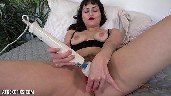 Audrey Noir vibrates her pussy until she cums