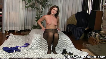 Gorgeous mature Niki makes you lust for her pussy