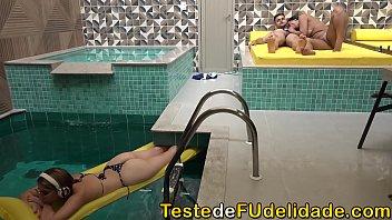 Sogra chupando seu genro enquanto sua filha tomava banho de piscina ( Alessandra Marques )